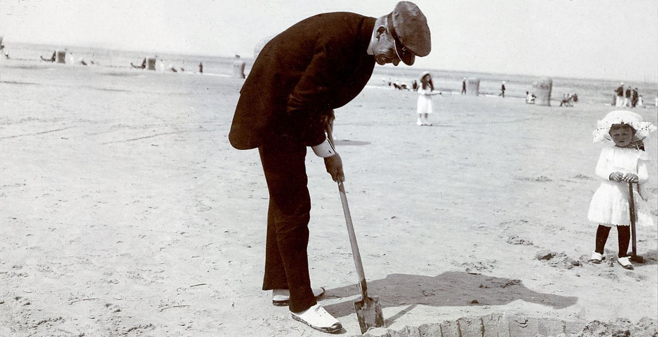 Count Alexander von Faber-Castell di pantai