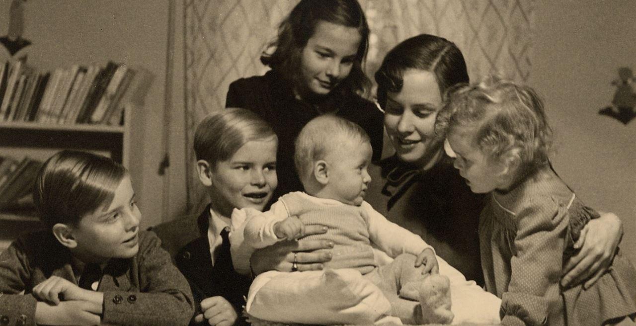 Ibu muda dengan anak sulungnya
