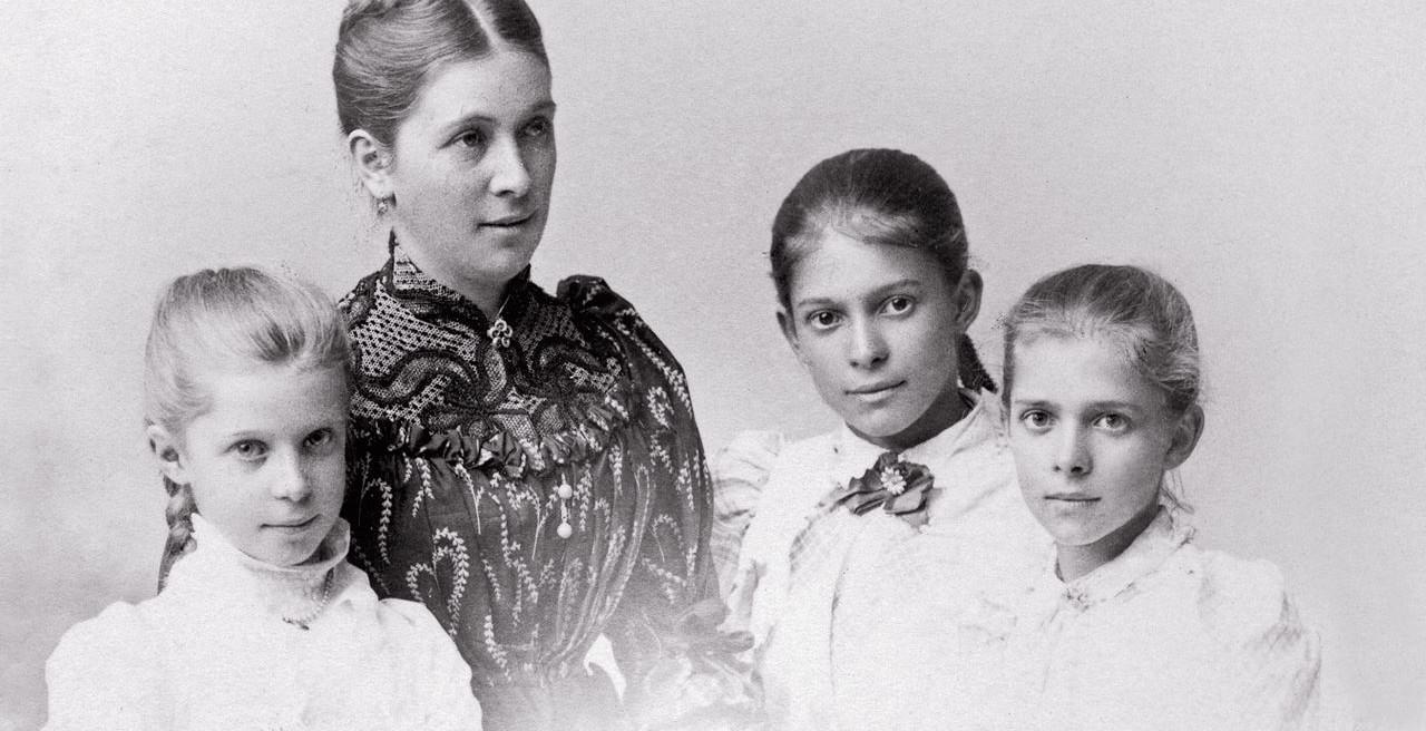 Bertha von Faber dengan ketiga putrinya